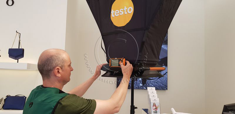 Электронный балометр Testo-420 установленный на телескопической треноге.