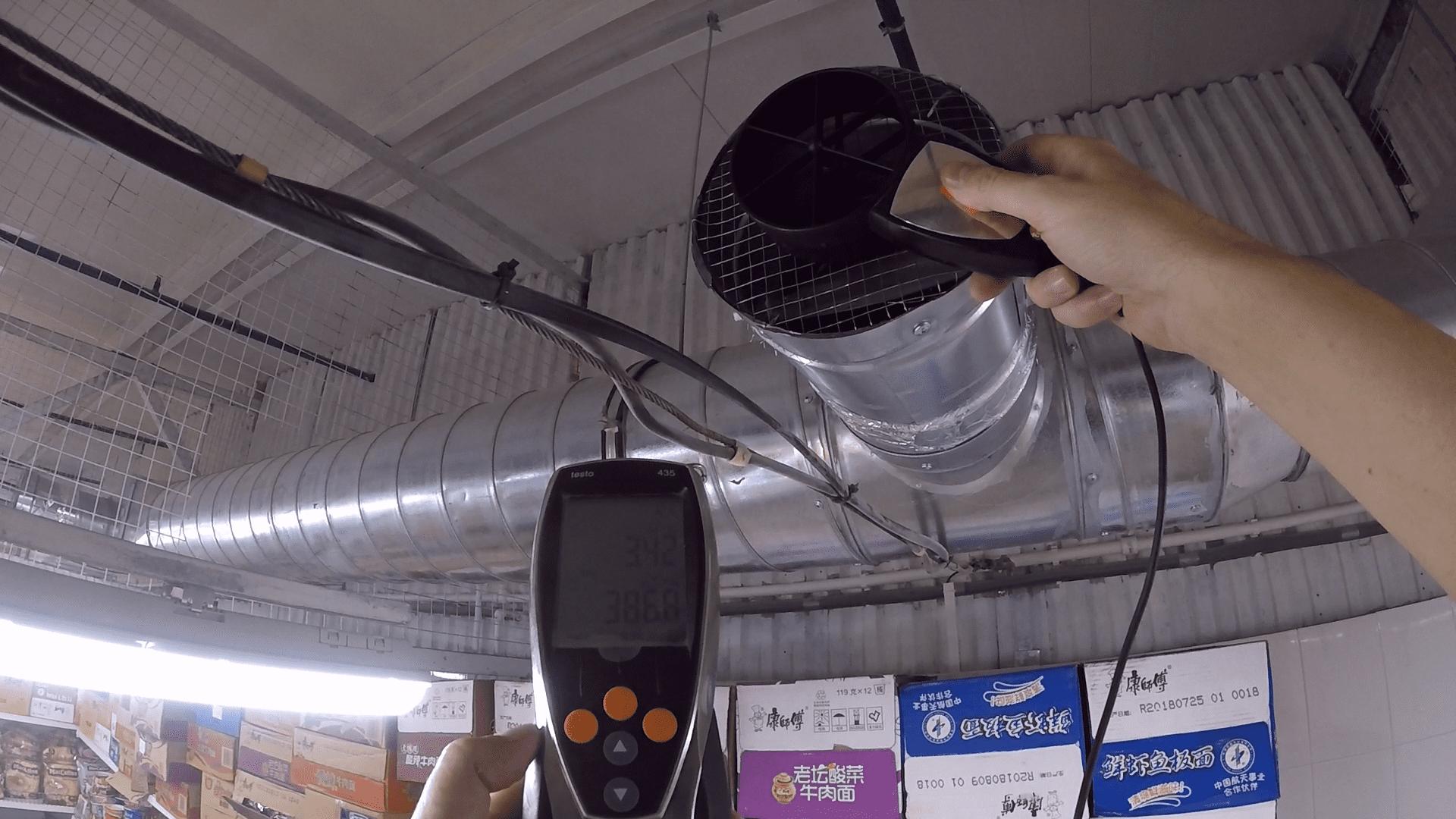 Измерение объёмного расхода воздуха крыльчатым анемометром.